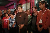 Amatlan de los Reyes Veracruz 23/Noviembre/2014.<br /> La caravana Movimiento Migrante Mesoamericano llego la tarde-noche de este domingo a la casa de Las Patronas, quienes se han destacado por su labor solidaria en la atenci&oacute;n y ayuda a migrantes centroamericanos que van con rumbo al norte del pa&iacute;s, en busca del sue&ntilde;o americano. En casa de las patronas se les dio un reconocimiento por parte del movimiento a cargo de la coordinadora Martha S&aacute;nchez, Fray Tom&aacute;s y Nino Quaresima quien viene en representaci&oacute;n de italia (Caravana Italiana).<br /> Cabe destacar que por primera vez en una d&eacute;cada del Movimiento Migrante Mesoamericano se realizara alternamente otra caravana de apoyo en el pa&iacute;s de Italia la cual parti&oacute; de Lampedusa que lleva por nombre &ldquo;Caravana italiana para los derechos humanos de los migrantes, la dignidad en solidaridad con la caravana de madres centroamericanas buscando a sus migrantes desaparecidos&rdquo;, &ldquo;Carovana italiana peri diritti dei migranti perla dignta&acute; e la giustizia&rdquo;.<br /> Todos los derechos reservados.