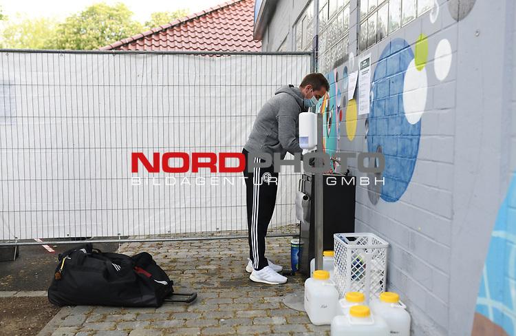 Schiedsrichter Tobias Stieler (Hamburg) waescht sich mit Atemmaske die Haende.<br /> <br /> Sport: Fussball: 1. Bundesliga: Saison 19/20: 26. Spieltag: SV Werder Bremen - Bayer 04 Leverkusen, 18.05.2020<br /> <br /> Foto: Marvin Ibo Güngör/GES /Pool / via gumzmedia / nordphoto