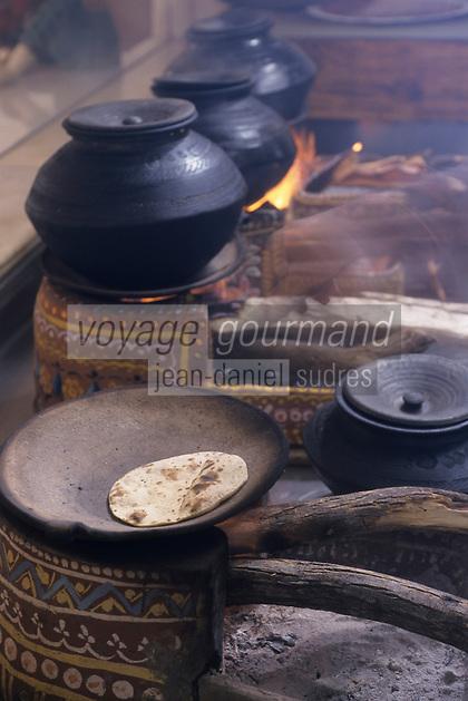 """Asie/Inde/Rajasthan/Udaipur: Hôtel """"Taj Lake Palace"""" sur le lac Pichola - Dans les cuisines, cuisson du pain sur les fours à bois traditionnels"""
