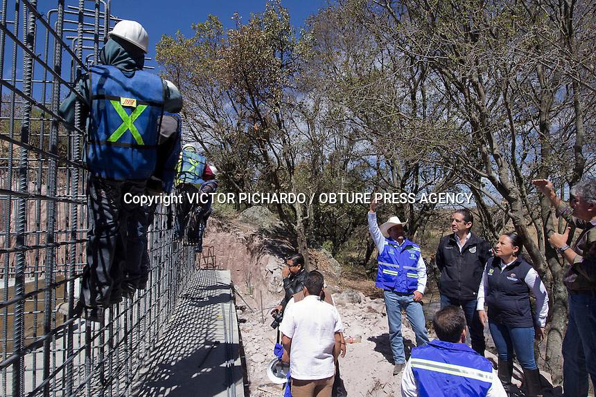 Amealco de Bonfil, Qro. 19 FEBRERO 2016.- Aspectos del recorrido de supervision de obra del puente San Idelfonso a Santiago Mexquititl&aacute;n en el Municipio de Amealco de Bonfil.<br /> <br /> Foto: Victor Pichardo / Obture Press Agency
