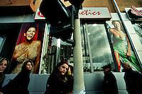 PRISTINA / KOSOVO - FEB.2008.UN NEGOZIO DI LUSSO NEL CENTRO DI PRISTINA..FOTO LIVIO SENIGALLIESI..PRISHTINA / KOSOVO - FEB.2008.PEOPLE IN THE STREET DOWNTOWN PRISTINA..PHOTO LIVIO SENIGALLIESI