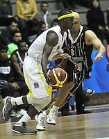BOGOTA - COLOMBIA - 23-04-2013: Diego Quiroz (Der.) de Piratas de Bogotá, disputa el balón con Phillps Brooks (Izq.) de Bucaros de Bucaramanga, abril 23 de 2013. Piratas y Bucaros en la cuarta fecha de la fase II de la Liga Directv Profesional de baloncesto en partido jugado en el Coliseo El Salitre. (Foto: VizzorImage / Luis Ramírez / Staff). Diego Quiroz (R) of Piratas from Bogota, fights for the ball with Phillps Brooks (L) of Bucaros from Bucaramanga, April 23, 2013. Pirates and Bucaros in the fourth match of the phase II of the Directv Professional League basketball, game at the Coliseum El Salitre. (Photo: VizzorImage / Luis Ramirez / Staff)..