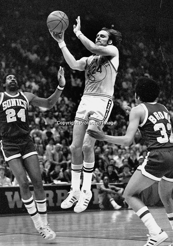 Rick Barry angainst the Seattle Supersonics..<br />(1975 photo/Ron Riesterer)