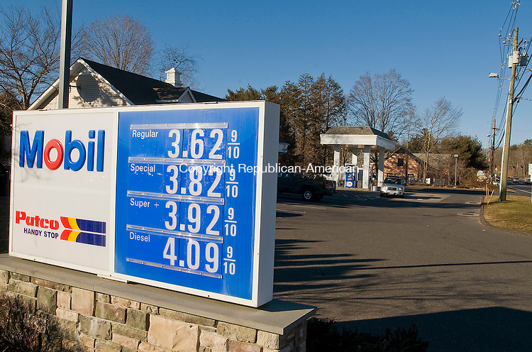 WOODBURY, CT-06 JANUARY 2011--010912JS04-Over the past couple of weeks gas prices, like these at the Mobil? station at 718 Main Street South in Woodbury, have been in the rise. .Jim Shannon Republican-American