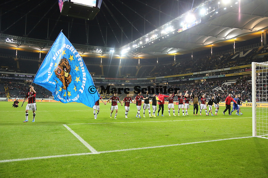 Siegesjubel Eintracht Frankfurt, Kapitän Sebastian Jung mit der Europa-Fahne  - Eintracht Frankfurt vs. Macabi Tel Aviv, Europa League 3. Spieltag