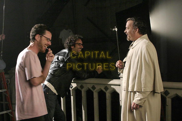 ETHAN COEN, JOEL COEN & TOM HANKS.on the set of The Ladykillers.Filmstill - Editorial Use Only.Ref: FB.www.capitalpictures.com.sales@capitalpictures.com.Supplied by Capital Pictures