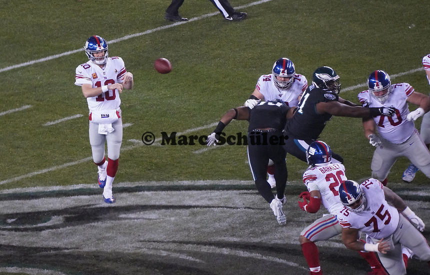 Pass von quarterback Eli Manning (10) of the New York Giants auf running back Saquon Barkley (26) of the New York Giants - 09.12.2019: Philadelphia Eagles vs. New York Giants, Monday Night Football, Lincoln Financial Field