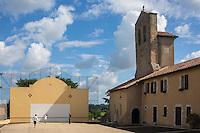 France, Aquitaine, Pyrénées-Atlantiques, Pays Basque, Lahonce: L'abbaye de chanoines de Prémontré, actuellement église paroissiale de l'Assomption-de-la-Bienheureuse-Vierge-Marie, et le fronton place libre. //  France, Pyrenees Atlantiques, Basque Country, Lahonce, Canons of Prémontré Abbey Church, now Parish Church of l'Assomption-de-la-Bienheureuse-Vierge-Marie, and fronton