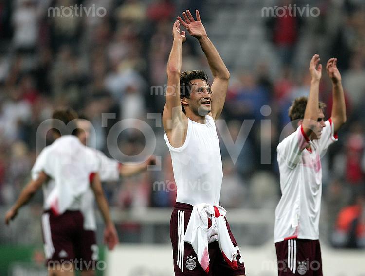 Muenchen Uefa Champions League FC Bayern Muenchen - Spartak Moskau Hasan SALIHAMIDZIC (M) und Philipp LAHM (r, beide FCB) bedanken sich mit La Ola bei den Fans, Jubel.
