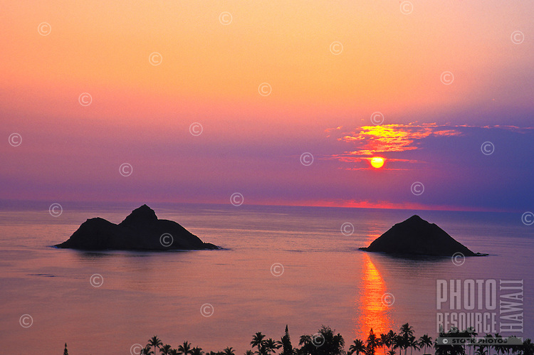 Mokulua Islands at sunrise, Lanikai, windward Oahu