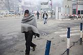 Geflüchtete in der Stadt //  Belgrad, Serbien - Ungefähr 1600 Geflüchtete halten sich in enem illegalen Camp in ehemaligen Lagerhäusern auf.  Die meisten haben mehrmals versucht über Ungarn oder Kroatien weiter zu kommen. Viele erzählen sie wurden von der ungarischen Polizei geschlagen oder gedemütigt oder bestohlen. Sie kommen vorwiegend aus Afganistan oder Pakistan.