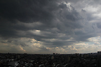 SAO PAULO, SP. 02 DE FEVEREIRO 2012. CLIMA TEMPO. Ceu com nuvens escuras na regiao do Jabaquara, zona sul de SP, na tarde desta quinta-feira, 02. (FOTO: MILENE CARDOSO - NEWS FREE)