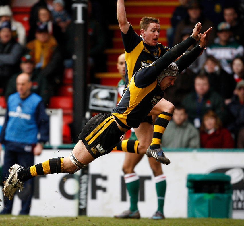 Photo: Richard Lane/Richard Lane Photography..Leicester Tigers v London Wasps. Guinness Premiership. 29/03/2008. Wasps' James Haskell and Eoin Reddan charge down.