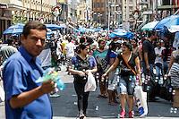 ATENCAO EDITOR FOTO EMBARGADA PARA VEICULO INTERNACIONAL - SAO PAULO, SP, 20/11/2012 - MOVIMENTACAO RUA 25 DE MARCO - populares aproveitam feriado na capital paulista para visitarem e realizarem compras nos comercios populares da rua 25 de marco no feriado da conciencia negra em Sao Paulo. FOTO VAGNER CAMPOS BRAZIL PHOTO PRESS
