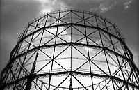 Milano, quartiere Bovisa, periferia nord. Struttura in metallo di un vecchio gasometro in disuso --- Milan, Bovisa district, north periphery. Metal structure of an old disused gasometer