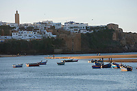 Afrique/Afrique du Nord/Maroc/Rabat: L'Oued et la kasbah des Oudaïas et les barques sur les bords de l'Oued Bou Regreg