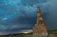 Europe, Espagne, Navarre, env de Carcastillo : Parc Naturel des Bardenas Reales, Le 18 septembre, El Paso :  Monument au berger // Europe, Spain, Navarre, near Carcastillo :  Monument to the shepherd