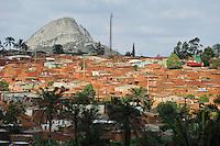 ANGOLA Gabela, Siedlung am Stadtrand / ANGOLA, slum at the outskirts of Gabela, the former coffee growing area