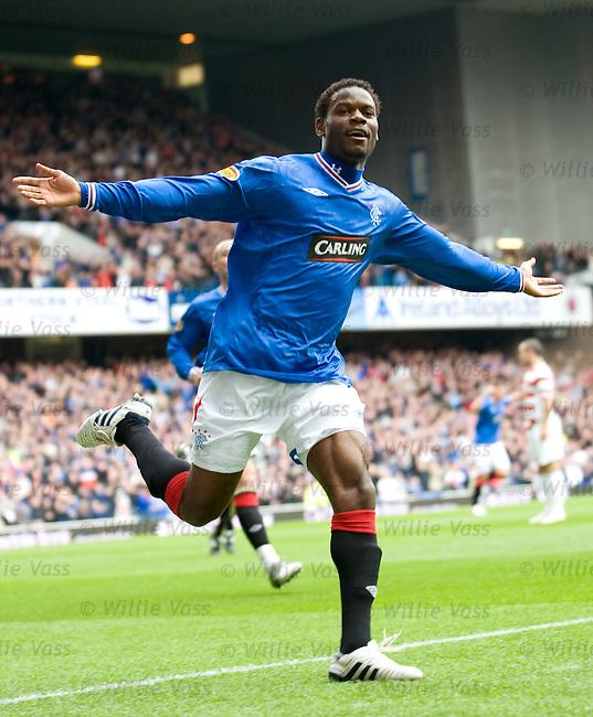 Maurice Edu celebrates his goal