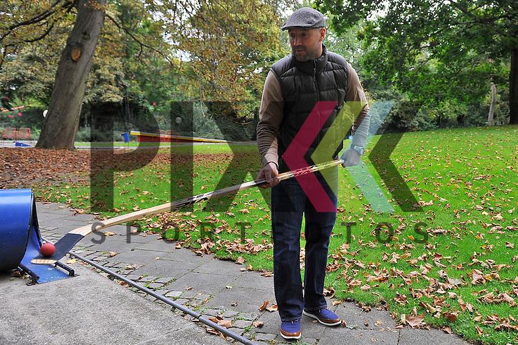 Adler Mannheims Glen Metropolit balanciert mit einen Golfball auf der Mini Golf Anlage im Luisenpark Mannheim.<br /> <br /> Foto &copy; P-I-X.org *** Foto ist honorarpflichtig! *** Auf Anfrage in hoeherer Qualitaet/Aufloesung. Belegexemplar erbeten. Veroeffentlichung ausschliesslich fuer journalistisch-publizistische Zwecke. For editorial use only.