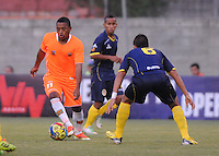 ENVIGADO -COLOMBIA-05-02-2014. Fabio Burbano (Izq) de Envigado FC disputa el balón con Giovanny Martínez (Der) de Uniautónoma durante partido por la fecha 3 de la Liga Postobón I 2014 realizado en el Polideportivo Sur de la ciudad de Envigado./ Fabio Burbano (L) of Envigado FC fights for the ball with Giovanny Martinez (R) of Uniautonoma during match for the 3rd date of the Postobon League I 2014 at Polideportivo Sur in Envigado city.  Photo: VizzorImage/Luis Ríos/STR