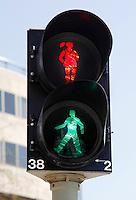 Stoplicht in Amersfoort met  man en vrouwfiguur. Twee momenten samengevoegd mbv photoshop
