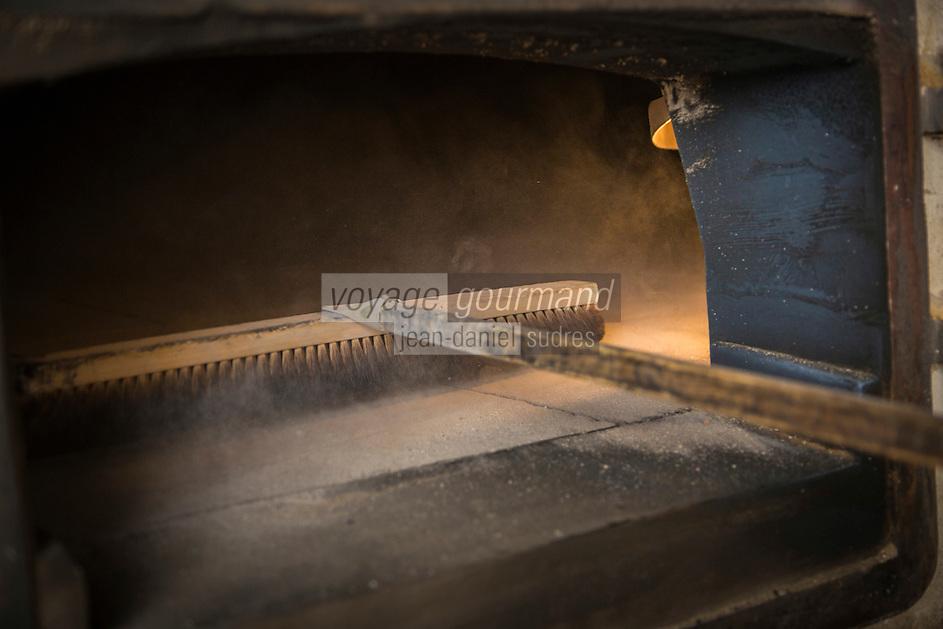 France, Aude (11), Cucugnan: Roland Feuillas, le boulanger de Cucugnan : Au pied du moulin de Cucugnan  et derrière son four à bois, Roland Feuillas cherche à retrouver le bon goût du pain d'antan en ne travaillant que des blés anciens et des farines pures. // France, Aude, Cucugnan,   Roland Feuillas, the baker of Cucugnan: near of Cucugnan Mill and behind his wood oven, Roland Feuillas seeks to regain the good taste of old bread by working only the ancient and pure wheat flour.