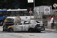 SAO PAULO, SP, 27/10/2013, ACIDENTE FOGO EM VEICULOS. Dois veiculos colidiram na madrugada desse domingo (27). O acidente aconteceu na frente do 38 DP que fica na Av. Parada Pinto   na Brasilandia. Uma pessoa ficou ferida e foi socorrida a hospital da regiao. LUIZ GUARNIERI/BRAZIL PHOTO PRESS