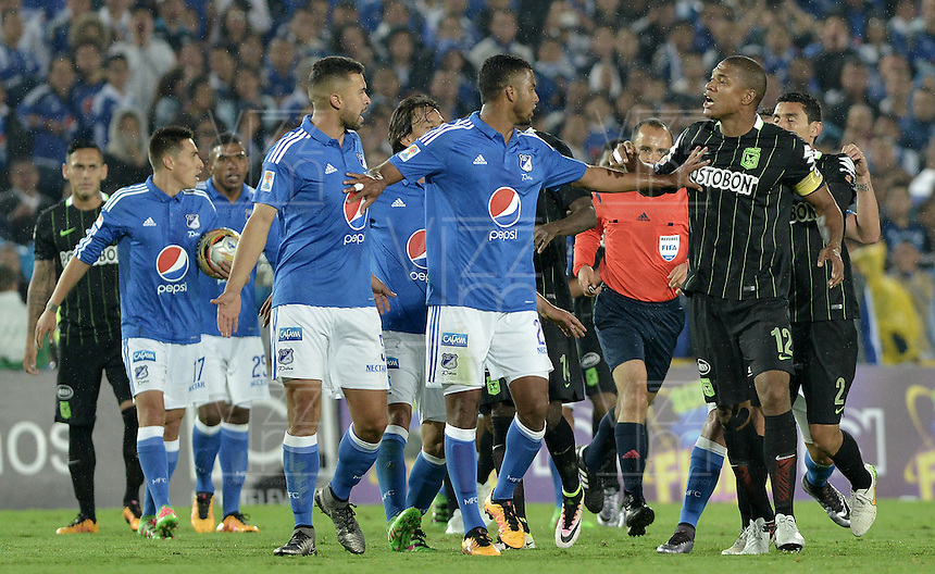 BOGOTA - COLOMBIA -31 -03-2016: Jugadores de Millonarios y nacional discuten durante partido entre Millonarios y Atlético Nacional por la fecha 9 de la Liga Águila I 2016 jugado en el estadio Nemesio Camacho El Campín de la ciudad de Bogotá./ Players of Milonarios and Nacional discuss during a match between Millonarios and Atletico Nacional for the date 9 of the Aguila League I 2016 played at Nemesio Camacho El Campin stadium in Bogota city. Photo: VizzorImage / Gabriel Aponte / Staff.