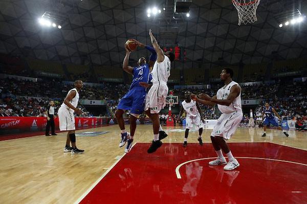 CARACAS (VENEZUELA), 08/07/2012.- El jugador de República Dominicana Al Hordford (i) se dirige a la cesta ante Ike Diogu (c) de Nigeria hoy, domingo 8 de julio de 2012, en el preolímpico de baloncesto en Caracas (Venezuela). EFE/David Fernández