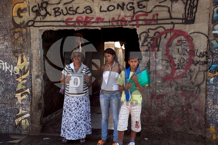 SAO PAULO, SP, 04 DE JANEIRO DE 2012 - CRACOLANDIA - Policia Militar retira viciados da Alameda Dino Bueno, bairro de Campos Eliseos, centro da cidade, para que a prefeitura possa fazer a limpeza da região conhecida como Cracolandia. Nesta uma mae procura sua filha desaparecida e frenquenatadora da cracolandia ha mais de 2 anos. Foto Ricardo Lou - News Free