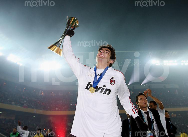 Fussball International FIFA Club WM Japan 2007     16.12.2007 Finale Boca Juniors - AC Mailand Jubel Kaka (AC) mit Pokal