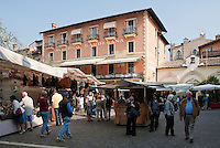 Italy, Veneto, Lake Garda, Torri del Benaco: small harbour at East Bank of Lake Garda, weekly market | Italien, Venetien, Gardasee, Torri del Benaco: kleiner Hafen am Ostufer des Gardasees, Wochenmarkt