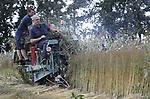 Foto: VidiPhoto<br /> <br /> HEMMEN – De kwalitatief beste linnen kleding ter wereld komt over een aantal jaren uit Nederland. Voor een pilotproject om dat de bewerkstelligen is woensdag 1,3 ha. vlas geoogst in Hemmen in de Betuwe met een zogenoemde vlasplukmachine,  op een stuk land van biologisch-dynamisch akkerbouwer André Jurrius. De Kunstacademie in Arnhem wil dat de productie van zowel de grondstof vlas, als de verwerking tot linnen draden en kleding weer -net zoals vroeger- volledig in Nederland gebeurt en is dit jaar met een onderzoek gestart. Nu wordt het Europese vlas getransporteerd naar China en komt het als halfproduct terug. De complete productie moet daarom weer terug naar Nederland en zo duurzaam mogelijk, waardoor ook voor akkerbouwers vlas weer een commercieel interessant gewas wordt. De kwaliteit van het Nederlandse vlas is de beste ter wereld en zelfs de Betuwse rivierklei blijkt prima geschikt om vlas te verbouwen. Het project is volledig gericht op biologische akkerbouw en duurzame productie. De pilot moet duidelijk maken of het commercieel interessant is.