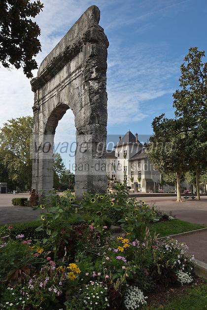 Europe/France/Rhône-Alpes/73/Savoie/Aix-les-Bains: Arc funéraire romain de Campanus et en fond l'Hôtel de ville d'Aix-les-Bains.
