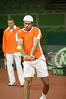 6-2-06, Netherlands, Amsterdam, Daviscup, first round, Netherlands-Russia, training Raemon Sluiter in training watched by coach Tjerk Bogtstra.