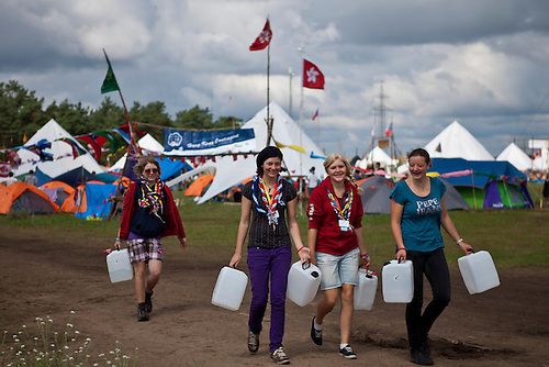 Some Swiss scouts are fetching water for their village. Photo: Kim Rask/Scouterna