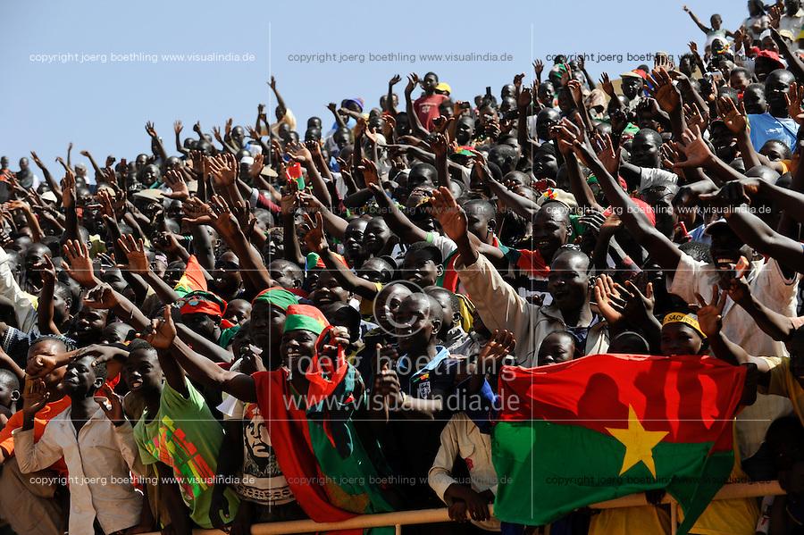 BURKINA FASO, soccer fans during reception of the national football team of Burkina Faso as 2nd placed winner of the Africa Cup 2013 in Stadium in Ouagadougou /.BURKINA FASO Ouagadougou, begeisterte fans empfangen die burkinische Fussball Nationalmannschaft als zweitplazierten des Afrika Cup 2013 im Stadium