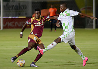 IBAGUÉ -COLOMBIA, 21-12-2014. Marco Perez (Izq) jugador de Deportes Tolima disputa el balón con Dager Y. Palacios (Der) jugador del Boyacá Chicó FC por la fecha 6 de la Liga Aguila I 2016 jugado en el estadio Manuel Murillo Toro de la ciudad de Ibagué./ Marco Perez (L) player of  Deportes Tolima vies for the ball with Dager Y. Palacios (R) player of Boyaca Chico FC for the date 6 of the Aguila League I 2016 played at Manuel Murillo Toro stadium in Ibague city. Photo: VizzorImage / Juan Carlos Escobar / Str