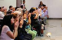 SAO PAULO, SP, 02 DE JANEIRO 2013 - MISSA VITIMAS SETIMO DIA TRAGEDIA SANTA MARIA - Cerimonia Seicho-No-Ie de sétimo dia de falecimento das vítimas da tragédia ocorrida na boate Kiss na cidade de Santa Maria no Rio Grande do Sul no Salao Nobre da Sede Central da Seicho-No-Ie do Brasil no bairro do Jabaquara na regial sul da capital paulista, neste sabado, 02. (FOTO: WILLIAM VOLCOV / BRAZIL PHOTO PRESS).