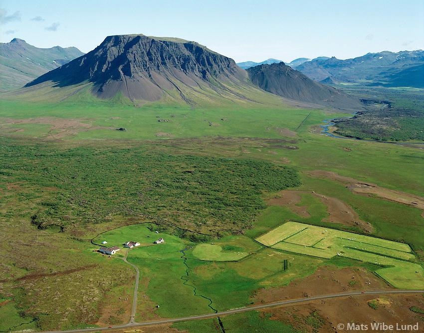 Brúarhraun fremst, Einbúi, Syðriskógar og Moldbrekka í baksýni , Fagraskógarfjall, séð til norðurs, Borgarbyggð áður Kolbeinsstaðahreppur, loftmynd. / Einbui, Sydriskogar.Bruarhraun farm in foreground, Moldbrekka, Fagraskogarfjall, Viewing north, Borgarbyggd former  Kolbeinsstadahreppur. Aerial.