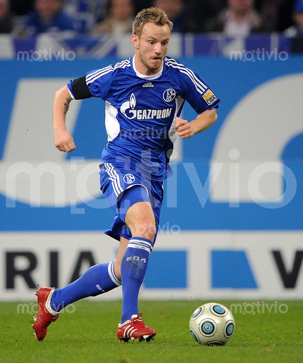 FUSSBALL  1. BUNDESLIGA   SAISON 2009/2010  13. SPIELTAG FC Schalke 04 - Hannover 96                                   21.11.2009 Ivan RAKITIC (FC Schalke 04) Einzelaktion am Ball