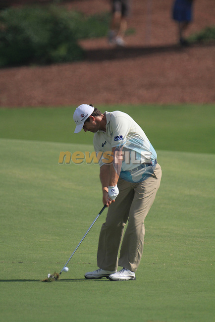 Dubai World Championship Golf. Earth Course,.Jumeirah Golf Estate, Dubai, U.A.E...Padraig Harrington playing his second shot from the fairway on the 1st during the second round of the Dubai World Golf championship..Photo: Fran Caffrey/www.golffile.ie...