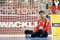 Carsten Lichtlein (TBV) sitzt enttäuscht am Torpfosten