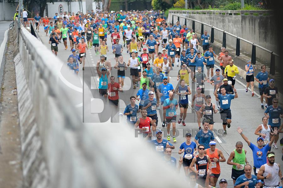 SÃO PAULO,SP, 09.04.2017 - MARATONA-SP - Corredores passam pelo túnel Tribunal de Justiça, durante 23ª Maratona Internacional de São Paulo, realizada na manhã deste domingo, 09, em São Paulo. (Foto: Levi Bianco/Brazil Photo Press)