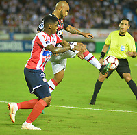 BARRANQUIILLA - COLOMBIA, 05-12-2018:Yonni Gonzalez (Izq.) de Junior disputa el balón con Thiago Heleno (Der.) del Paranaense durante el encuentro entre Atlético Junior de Colombia e Atlético Paranaense de Brasil por la final, ida, de la Copa CONMEBOL Sudamericana 2018 jugado en el estadio Metropolitano Roberto Meléndez de la ciudad de Barranquilla. / Yonni  Gonzalez (L) of Junior struggles for the ball with Thiago Heleno (R) of Paranaense during a final first leg match between Atletico Junior of Colombia and Atlético Paranaense of Brazil as a part of Copa CONMEBOL Sudamericana 2018 played at Roberto Melendez Metropolitan stadium in Barranquilla city Atlético Junior de Colombia y Atlético Paranaense de Brasil en partido por la final, ida, de la Copa CONMEBOL Sudamericana 2018 jugado en el estadio Metropolitano Roberto Meléndez de la ciudad de Barranquilla. / Atletico Junior of Colombia and Atletico Paranaense of Brazil in Final first leg match as a part of Copa CONMEBOL Sudamericana 2018 played at Roberto Melendez Metropolitan stadium in Barranquilla city.  Photo: VizzorImage / Alfonso Cervantes / Cont
