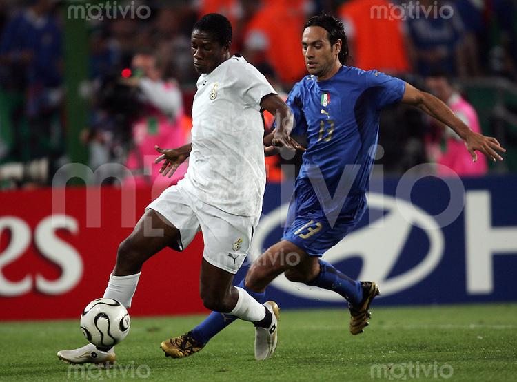 Fussball WM 2006  Gruppenspiel  Vorrunde Gruppe E Italien - Ghana  Alessandro NESTA (ITA) gegen Asamoah GYAN (GHA)