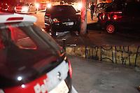 SAO PAULO, SP, 08.05.2015 - POLICIAL ASSASSINADO - SP - Um ex-policial foi executado na Avenida Guarapiranga, zona sul da cidade de São Paulo, nesta sexta-feira (8). Segundo a policia, uma motocicleta parou ao lado do veiculo do ex-policial e fez os disparos.  (Foto: Douglas Pingituro / Brazil Photo Press)