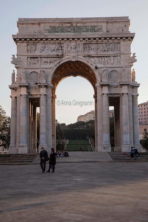 Genova, Piazza della Vittoria, Monumento ai caduti