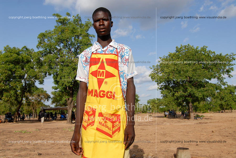 "Afrika Westafrika Burkina Faso .Koch mit Maggi Schuerze vor Karitebaum -  Kueche kochen gender Mann Afrikaner afrikanisch xagndaz | .Africa west-africa Burkina Faso village near town Pó , cook with Maggi advertisement.  -  gender .| [ copyright (c) Joerg Boethling / agenda , Veroeffentlichung nur gegen Honorar und Belegexemplar an / publication only with royalties and copy to:  agenda PG   Rothestr. 66   Germany D-22765 Hamburg   ph. ++49 40 391 907 14   e-mail: boethling@agenda-fototext.de   www.agenda-fototext.de   Bank: Hamburger Sparkasse  BLZ 200 505 50  Kto. 1281 120 178   IBAN: DE96 2005 0550 1281 1201 78   BIC: ""HASPDEHH"" ,  WEITERE MOTIVE ZU DIESEM THEMA SIND VORHANDEN!! MORE PICTURES ON THIS SUBJECT AVAILABLE!! ] [#0,26,121#]"